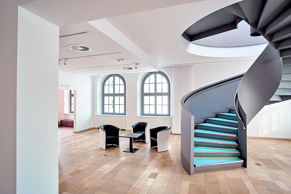 Foyer mit Zeittreppe und Sitzgelegenheiten