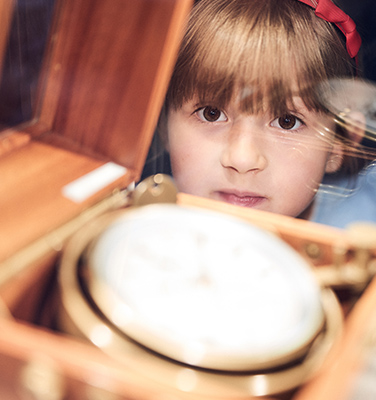 Mädchen bestaunt Marine-Chronometer
