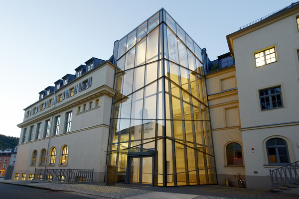 Seiteneingang-des-Uhrenmuseums_Schillerstrasse
