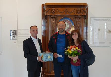 Lutz Roscher beglückwünscht die 400.000ste Besucherin