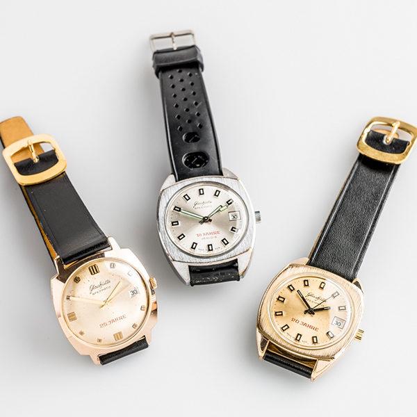 Drei-Spezimatic-Uhren-mit-verschiedenen-Zifferblattfarben,-anlaesslich-verschied