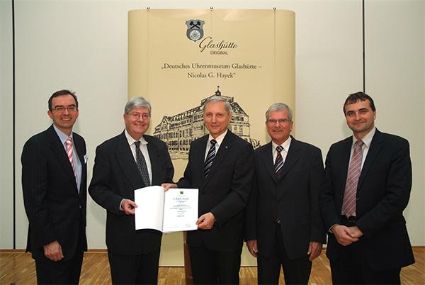 """2006 Gründung der Stiftung """"Deutsches Uhrenmuseum Glashütte – Nicolas G. Hayek"""""""